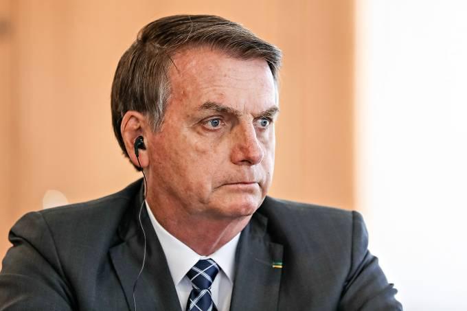 A pesquisa XP/Ipespe divulgada nesta sexta-feira (11) mostra que a avaliação negativa (ruim/péssima) do governo Jair Bolsonaro atingiu 50%, um ponto percentual acima do registrado na sondagem anterior, realizada em maio. A avaliação positiva (ótimo/bom), por sua vez, caiu três pontos e agora é de 26%. E a avaliação regular passou de 20% para 22%. As oscilações estão dentro da margem de erro de 3,2 pontos percentuais para mais ou para menos.