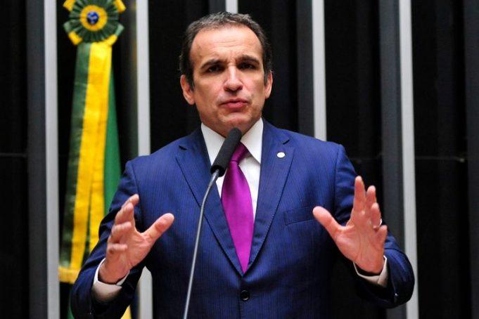 Deputado Hugo leal discursa na Câmara dos Deputados