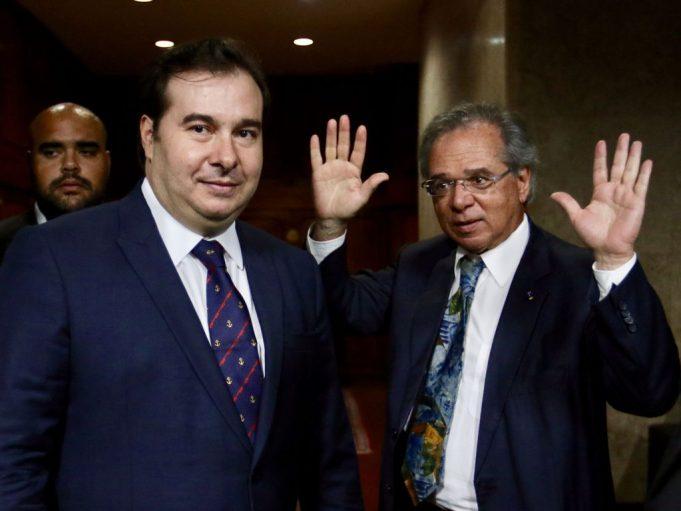 O presidente da Câmara, Rodrigo Maia e o ministro da economia, Paulo Guedes, após a reunião no ministerio.