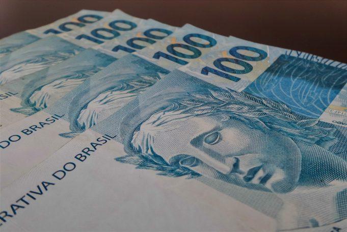 Dinheiro: notas de 100 reais