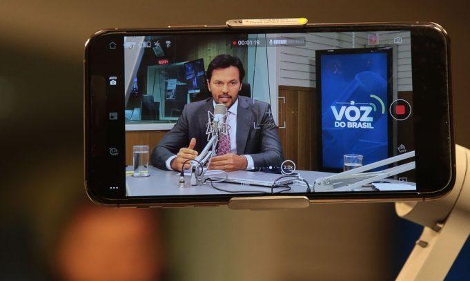 O leilão da tecnologia 5G deve realizado em junho ou julho de 2021, afirmou Fábio Faria, ministro das Comunicações, nesta quarta-feira (2), durante uma coletiva de imprensa do órgão. De acordo com Faria, a previsão é de que a quinta geração da conexão móvel esteja em todas as capitais brasileiras até julho de 2022.