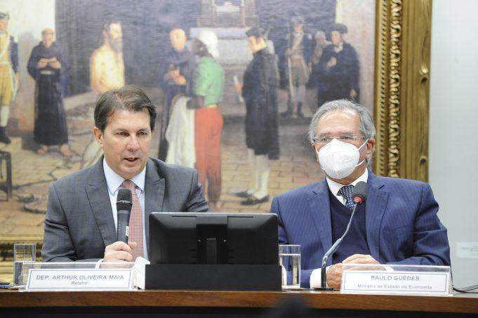 Deputado Arthur Oliveira Maia (DEM-BA), relator da reforma administrativa na Comissão Especial, ao lado do ministro da Economia, Paulo Guedes. Foto: Gustavo Sales/Câmara dos Deputados